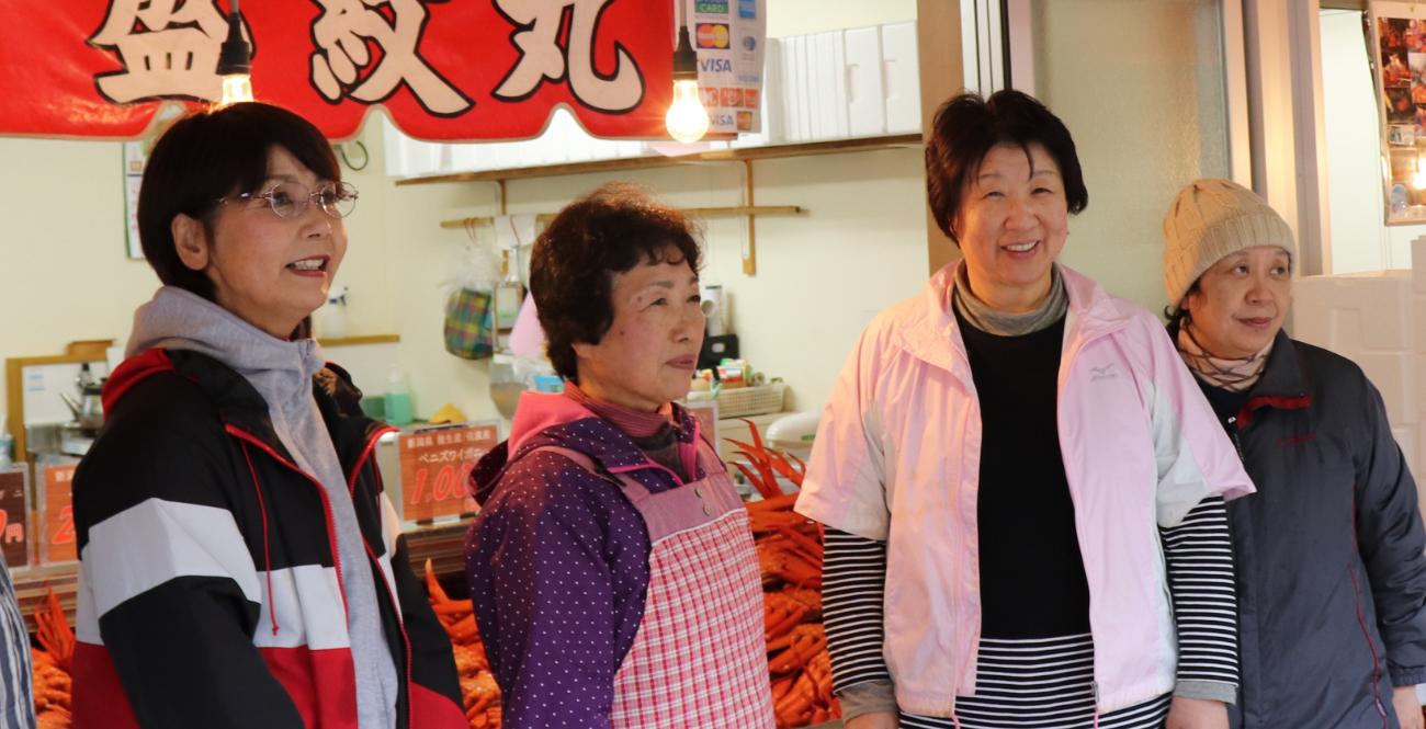 盛紋丸のおばちゃんたちはカニのプロだ。